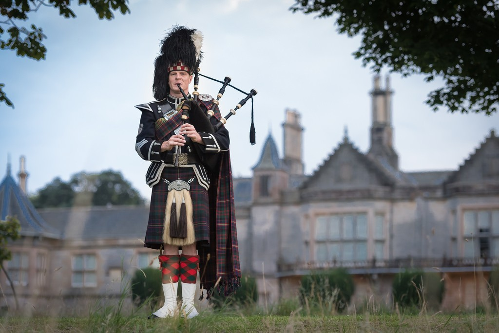 Edinburgh-piper-Lauriston-Castle
