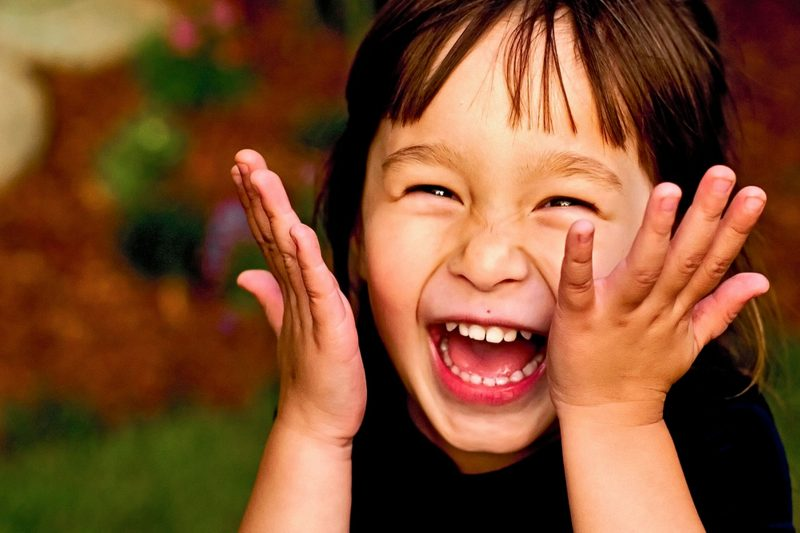 Gadis kecil tertawa (in2english.net)